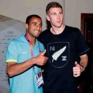 Lucas tira foto com jogador da Nova Zelândia no hotel das seleções