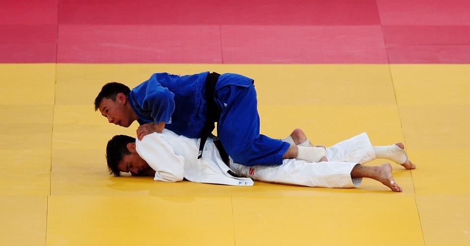 Judocas ficam em posição constrangedora durante luta da categoria até 60 kg da Olimpíada (28/07/2012)