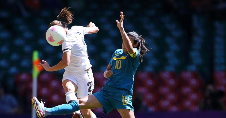 Marta disputa bola com Ria Percival, da Nova Zelândia, no segundo jogo do Brasil na Olimpíada