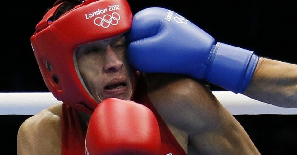 O boxeador brasileiro Robenilson Vieira de Jesus leva golpe do rival Orzubek Shayimov