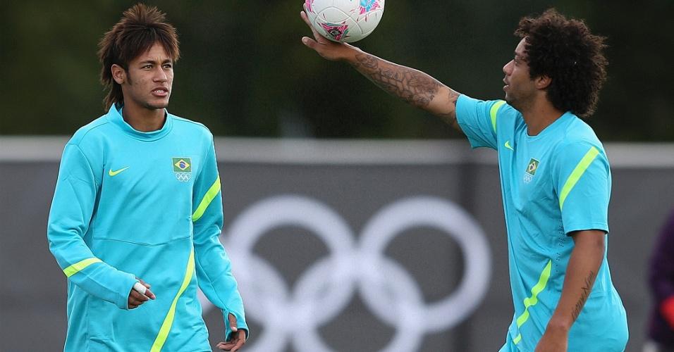 Observado por Neymar, o lateral esquerdo Marcelo faz malabarismo com a bola durante treino da seleção brasileira, em Manchester (28/07/2012)