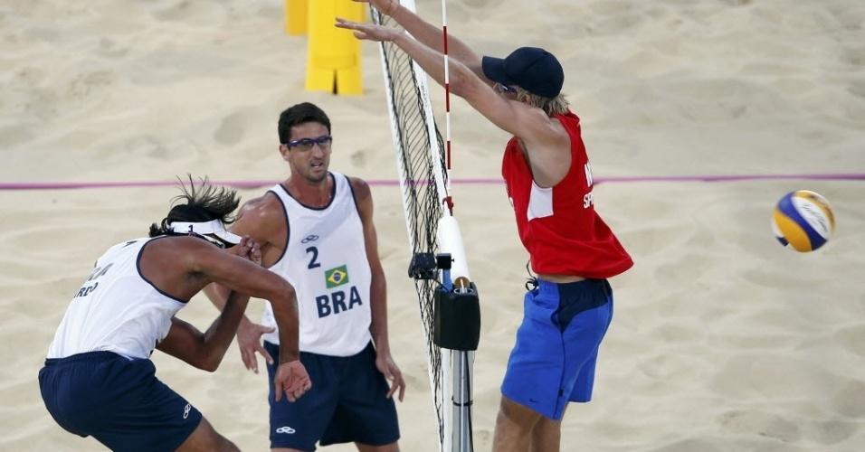 Ricardo, parceiro de Pedro Cunha, ataca contra o bloqueio de norueguês; dupla brasileira venceu por 2 sets a 0