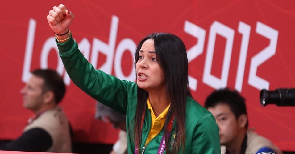 Rosicleia Campo, treinadora de Sarah Menezes, para orientações à atleta durante combate