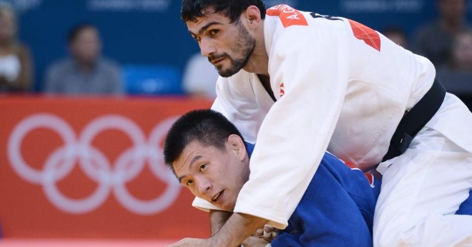 Russo Arsen Galstyan fica sobre o sul-coreano Gwang-Hyeon Choi durante combate de judô na categoria até 60 kg na Olimpíada de Londres (28/07/2012)