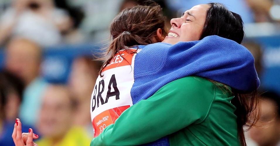 Sarah Menezes abraça a técnica Rosicleia Campos após conquistar a medalha de ouro no judô