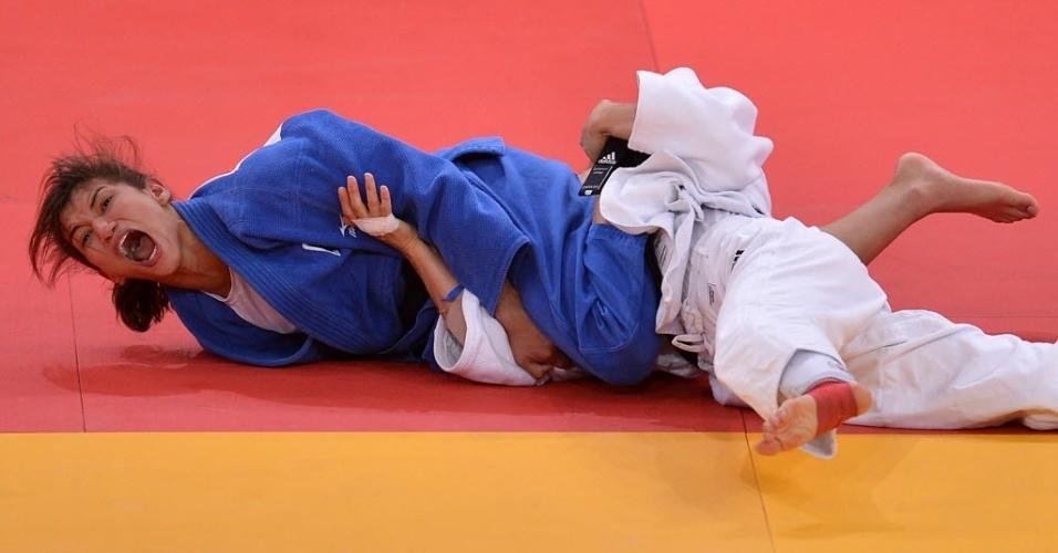 Sarah Menezes dá um grito logo após aplicar um golpe que lhe deu a medalha de ouro nos  Jogos Olímpicos