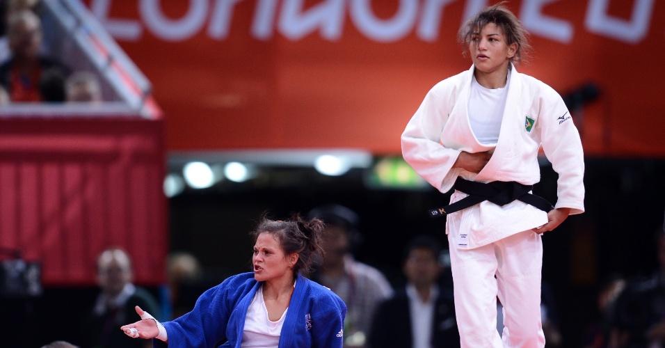 Sarah Menezes, de branco, avançou à terceira rodada ao vencer a francesa Laetitia Payet com um yuko