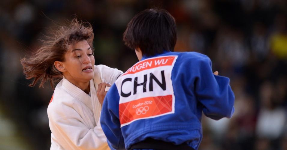 Sarah Menezes, de branco, venceu sua terceira luta em Londres, desta vez contra a chinesa Wu Shugen