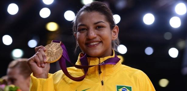 Sarah Menezes exibe a medalha de ouro conquistada na categoria até 48 kg
