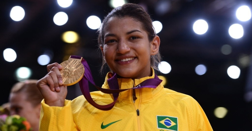 Sarah Menezes exibe a medalha de ouro conquistada na categoria at&#233; 48 kg ap&#243;s a vit&#243;ria sobre a romena Alina Dumitru
