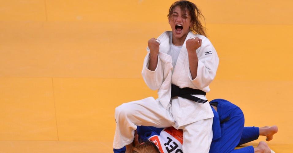 Sarah Menezes vibra ao derrotar a belga Charline Van Snick por yuko e conquistar vaga inédita na final da categoria até 48 kg