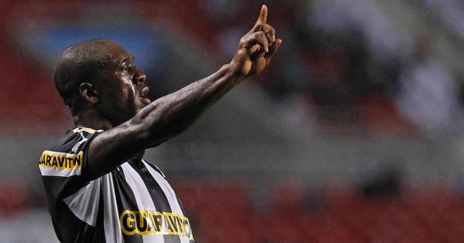 Seedorf gesticula para seus companheiros de time no duelo entre Botafogo e Figueirense pelo Campeonato Brasileiro