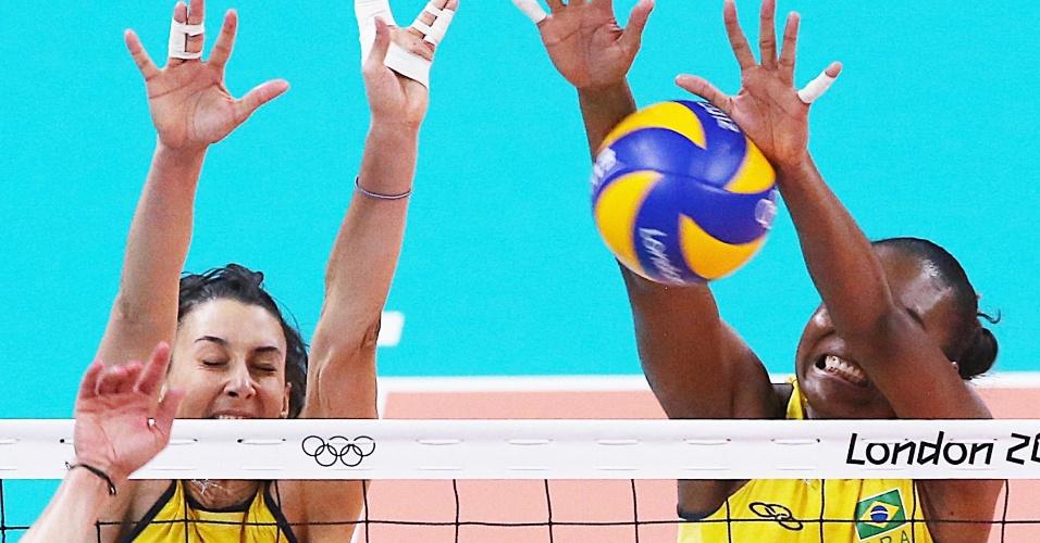 Sheilla e Fabiana, da seleção feminina de vôlei, sobem no bloqueio para tentar parar ataque turco