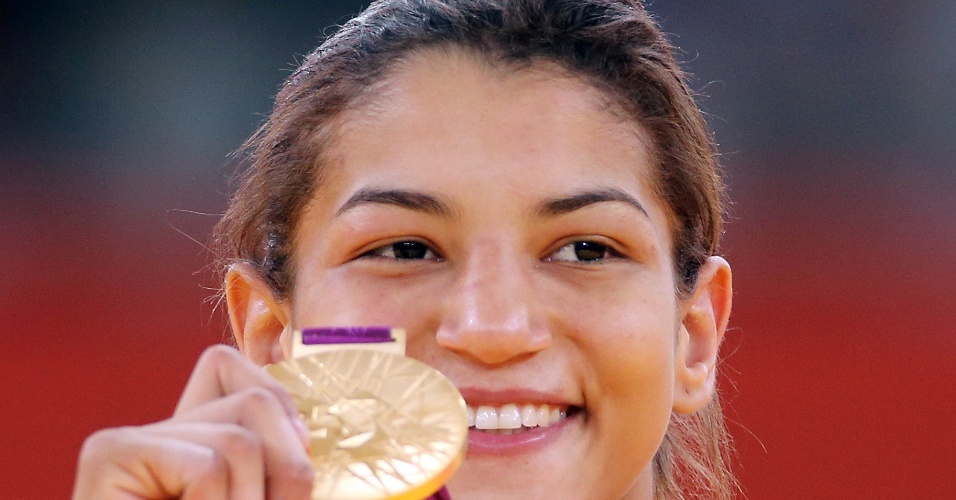 Sorridente, Sarah Menezes exibe a medalha de ouro conquistada nos Jogos Ol&#237;mpicos de Londres