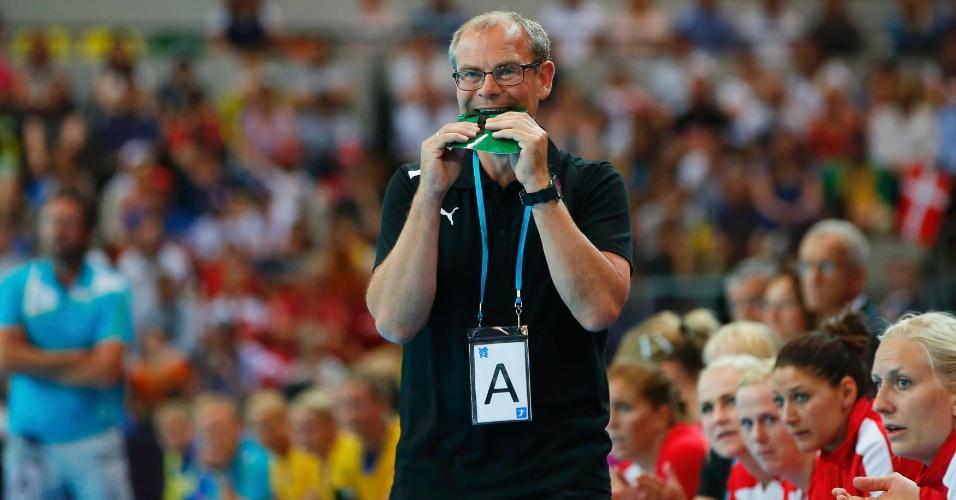 Técnico da Dinamarca não esconde tensão durante a estreia de sua seleção contra a Suécia, pelo handebol feminino.