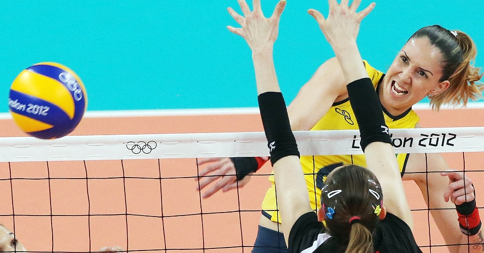Thaísa ataca contra o bloqueio da Turquia na partida de estreia da seleção brasileira de vôlei na Olimpíada