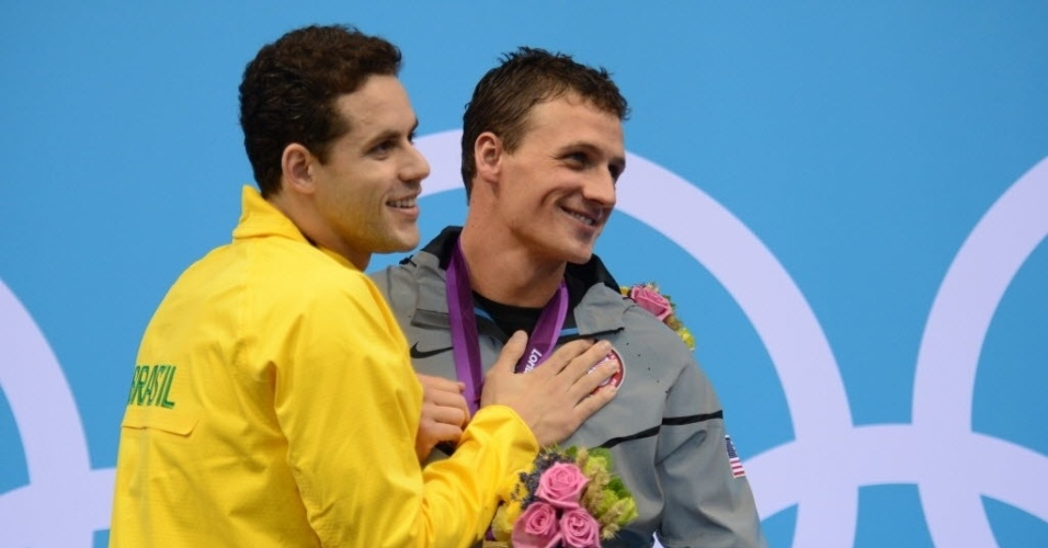 Thiago Pereira cumprimenta Ryan Lochte aps a premiao dos 400 m medley; americano venceu a prova, e brasileiro ficou com a prata