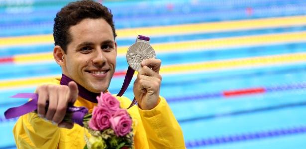 Thiago Pereira exibe a medalha de prata conquistada nos Jogos de Londres