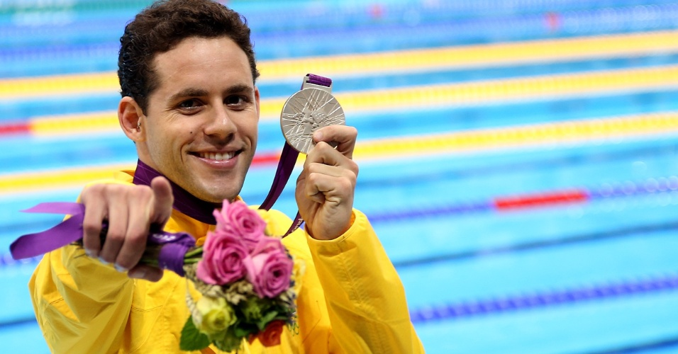 Thiago Pereira exibe a medalha de prata conquistada nos 400 m medley, nos Jogos Ol&#237;mpicos de Londres