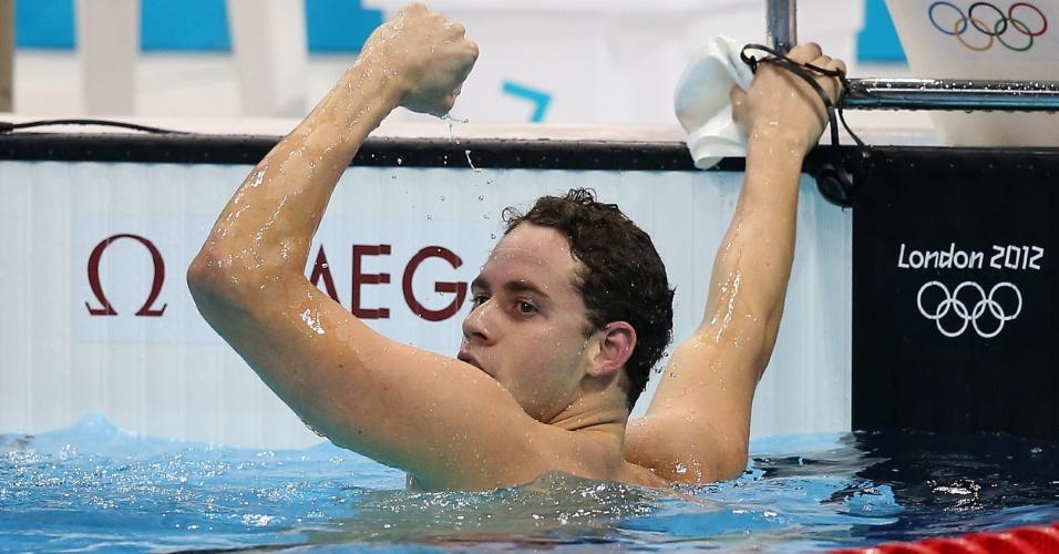 Thiago Pereira observa o placar e comemora a medalha de prata nos 400 m medley, após superar Michael Phelps