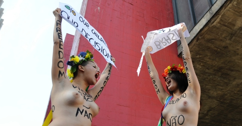 29.jul.2012 - Ativistas do Femen fizeram um protesto neste domingo (29), em So Paulo, contra proibio de partos em casa 