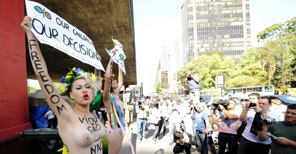 29.jul.2012 - Ativistas do Femen fizeram um protesto neste domingo (29), em São Paulo, contra proibição de partos em casa