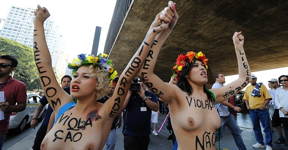 29.jul.2012 - Ativistas do grupo feminista Femen protestam a favor do parto humanizado ao Masp, em So Paulo. Resolues do Rio de Janeiro probem a participao de mdicos obstetras em partos em casa e a presena das obstetrizes, doulas (acompanhantes) ou parteiras em ambientes hospitalares