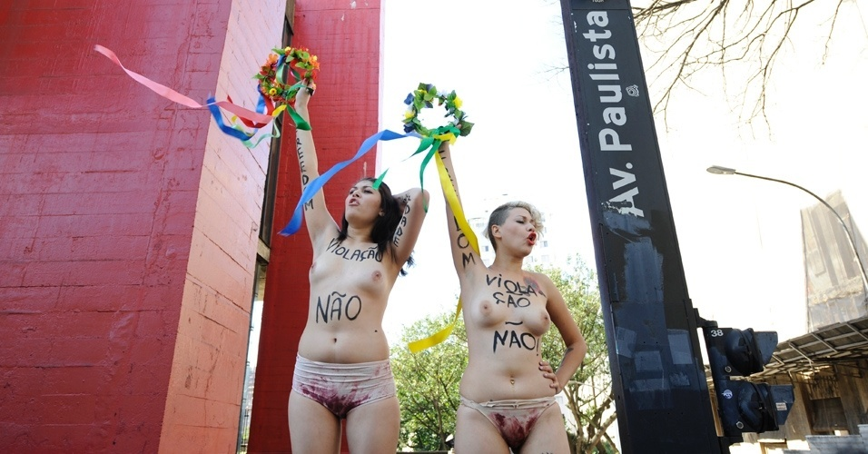 29.jul.2012 - Ativistas do grupo feminista Femen protestam a favor do parto humanizado ao Masp, em So Paulo. Resolues do Rio de Janeiro probem, desde 19 de abril, a participao de mdicos obstetras em partos em casa 