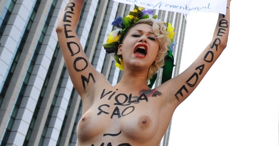29.jul.2012 - Ativistas do grupo feminista Femen protestam a favor do parto humanizado na avenida Paulista, em São Paulo
