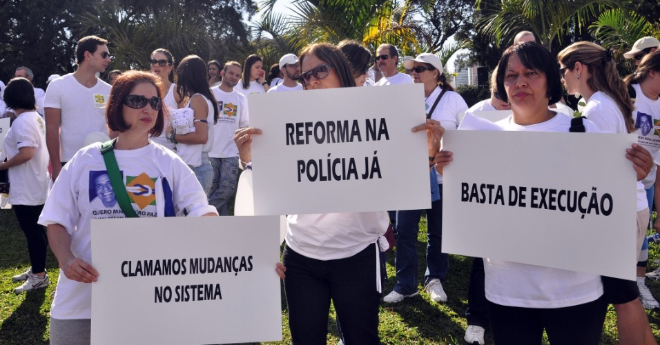 29.jul.2012 - Familiares e amigos das v&#237;timas da viol&#234;ncia policial fizeram uma passeata no Parque do Ibirapuera, em S&#227;o Paulo, na manh&#227; deste domingo (29). O movimento &#34;Quero Mais, Quero Paz&#34; tem como objetivo a manifesta&#231;&#227;o pac&#237;fica por menos viol&#234;ncia e melhor preparo policial em S&#227;o Paulo 
