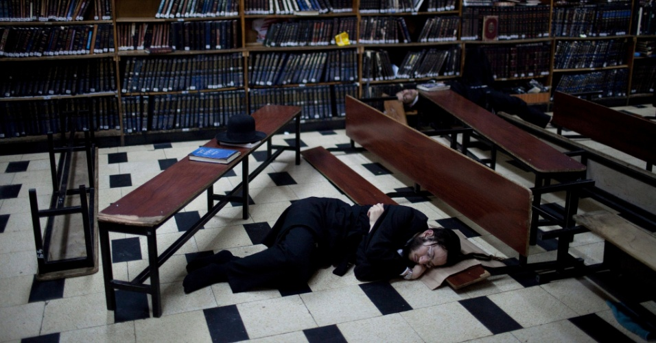 29.jul.2012 - Judeu ultra-ortodoxo dorme em escola rab&#237;nica em Jerusal&#233;m (Israel) neste domingo (29), durante celebra&#231;&#227;o de Tisha B&#39;Av, o anivers&#225;rio da destrui&#231;&#227;o dos templos b&#237;blicos de Jerusal&#233;m, per&#237;odo em que os religiosos jejuam e mant&#233;m luto