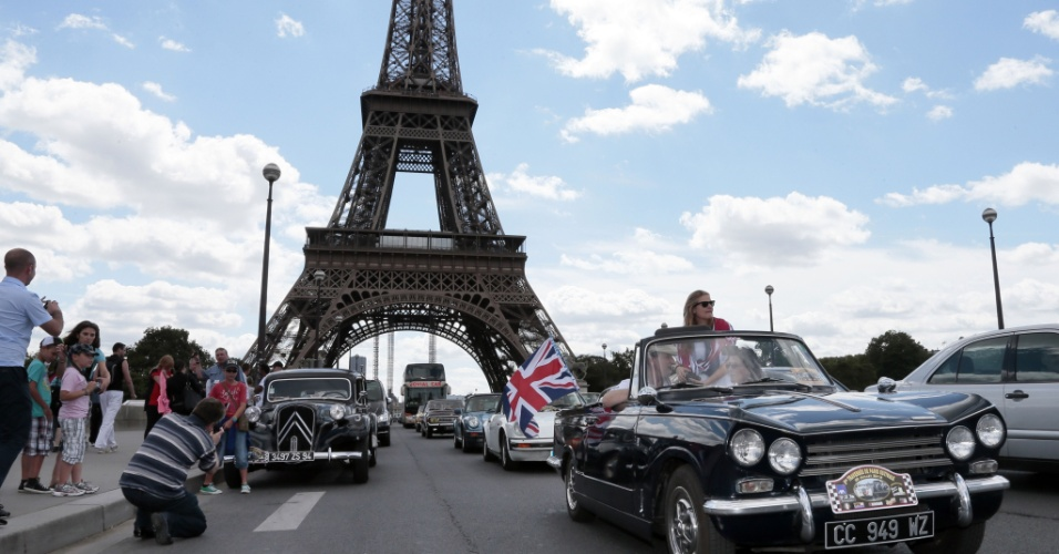 29.jul.2012 - Um Triumph TR6 passa diante da Torre Eiffel, em Paris (Fran&#231;a), durante desfile de carros antigos, na edi&#231;&#227;o de ver&#227;o da &#34;Travessia de Paris&#34;, o maior encontro de ve&#237;culos cl&#225;ssicos nas ruas da capital francesa
