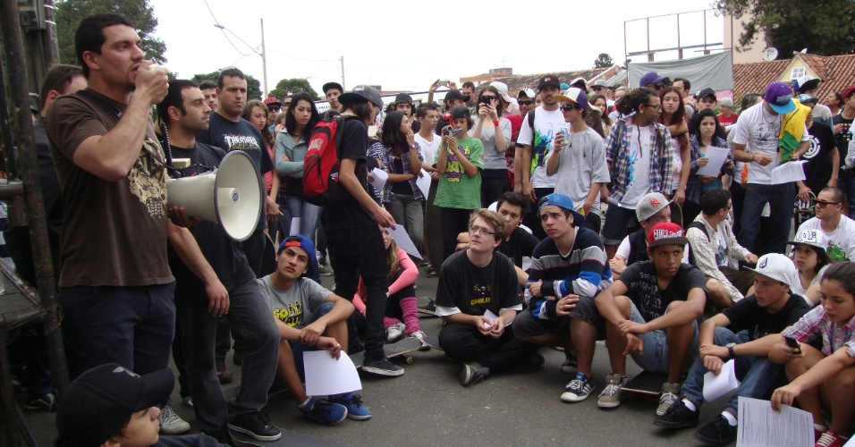 29.jul.2012 -Skatistas de Curitiba realizaram uma manifesta&#231;&#227;o na tarde deste domingo (29) contra a agress&#227;o de um guarda municipal contra o skatista Rugieri Mateus, ocorrida no s&#225;bado (21), no parque Iber&#234; de Matos. O movimento, organizado de forma independente atrav&#233;s das redes sociais, conseguiu reunir os skatistas que praticavam o esporte no estacionamento do parque, onde foi distribu&#237;do um documento que explicava como se defender de poss&#237;veis abordagens de guardas municipais e policiais