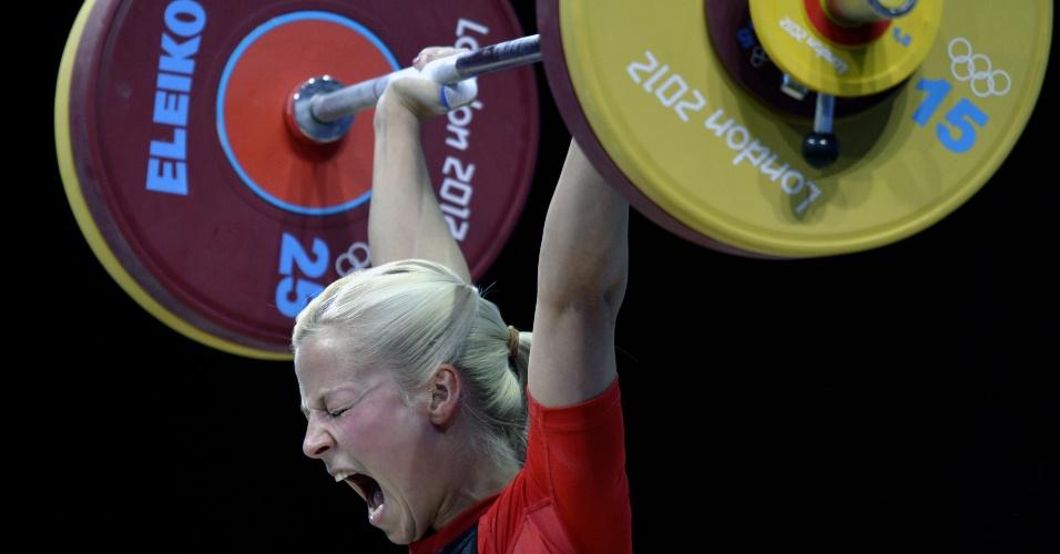 A alemã faz pose e careta na competição feminina até 53kg do levantamento de peso neste domingo