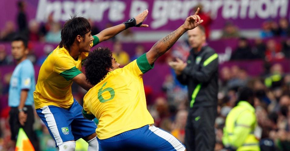 À la Usain Bolt, Neymar e Marcelo comemoram segundo gol da seleção brasileira na vitória por 3 a 1 sobre Belarus