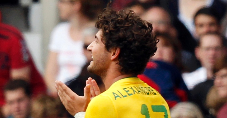Alexandre Pato comemora após marcar para o Brasil contra Belarus no segundo jogo pela Olimpíada