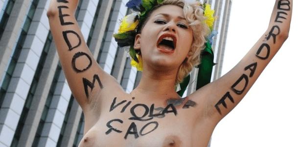 Ativistas do Femen protestam em SP contra proibição de partos em casa