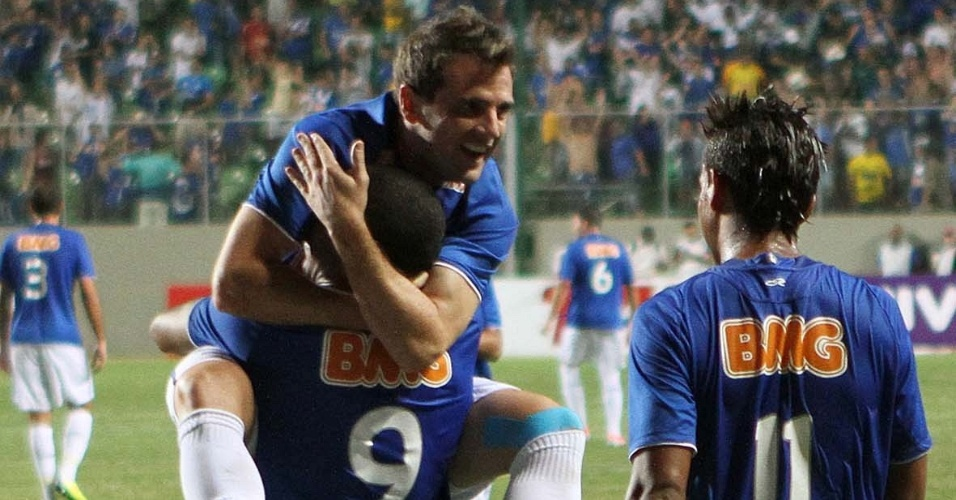 Borges e Montillo comemoram um dos gols do Cruzeiro contra Palmeiras (29/7/2012)