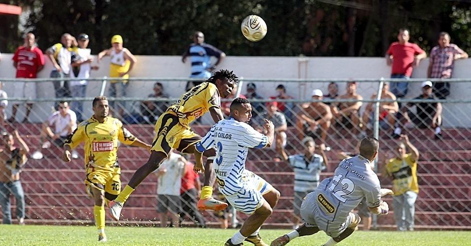 Campeão em 1992, o Ajax EC (amarelo) foi eliminado após perder para o Jardim São Carlos (branco) por 2 a 0