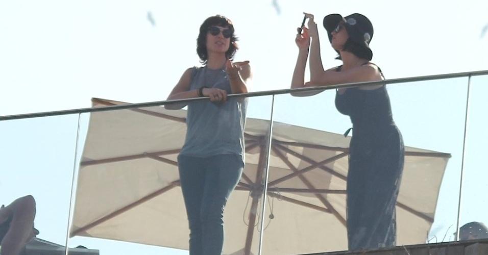 Cantora Katy Perry tira foto em sacada de hotel no Rio de Janeiro (29/7/12)