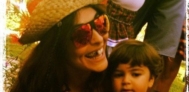 Com o dente preto, Juliana Paes publica foto com o filho Pedro em uma festa junina.