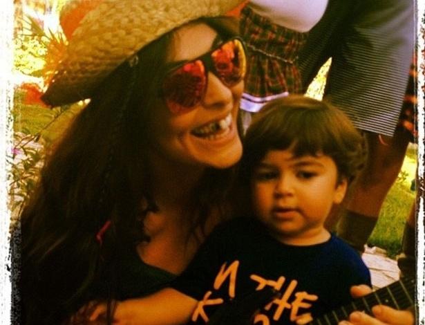 """Com o dente preto, Juliana Paes publica foto com o filho Pedro em uma festa junina. """"Hoje é festa junina aqui no sítio. Eba!"""", escreveu a atriz"""