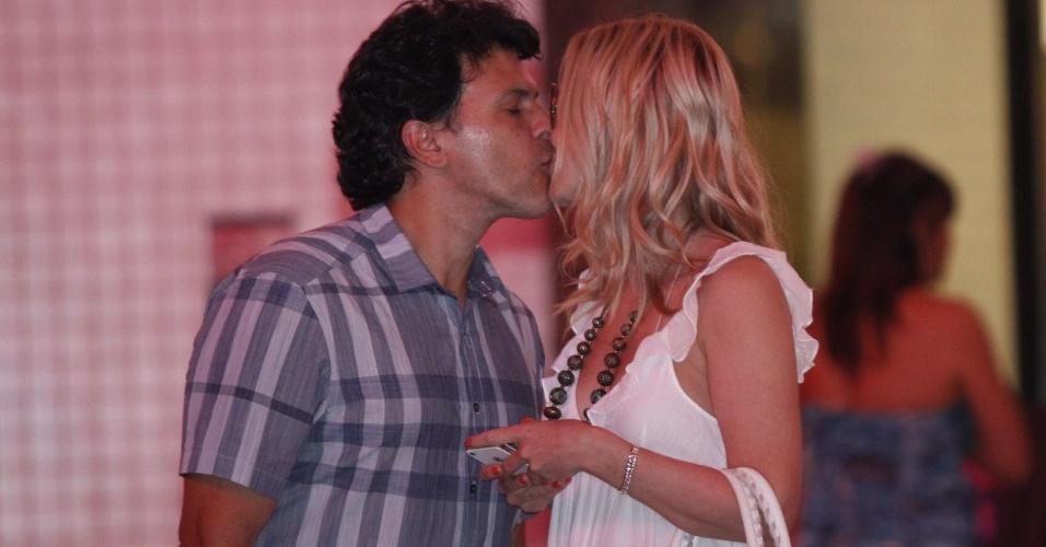 Eliana e João Marcelo Boscoli se beijam em shopping no Rio de Janeiro