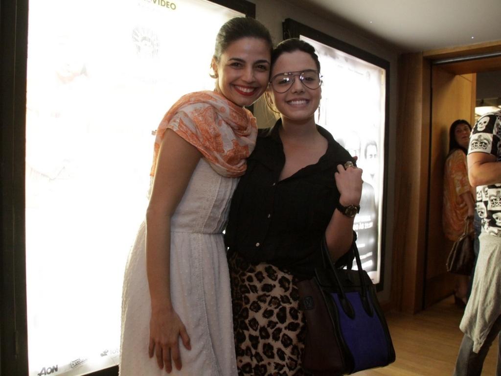Emanuelle Araújo e Giovanna Lancelotti assitem à peça
