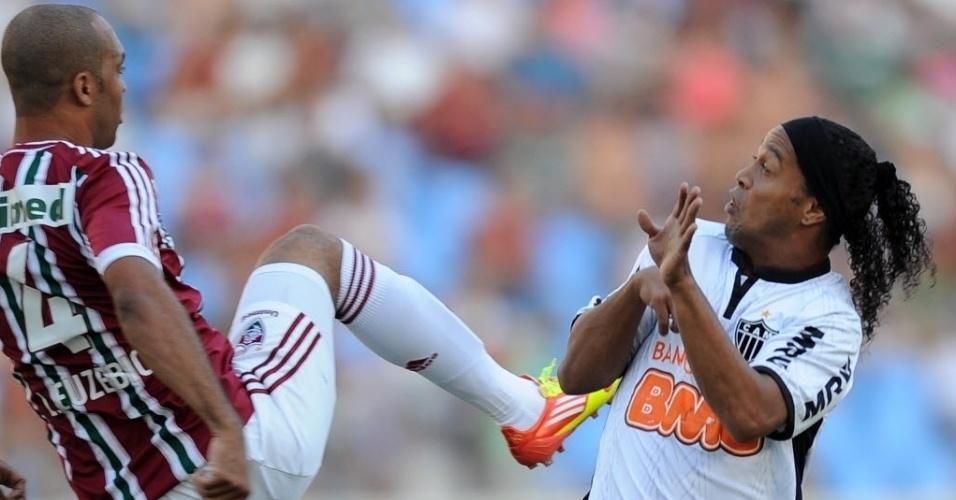 Fluminense eAtlético-MG fazem jogo disputado no Engenhão. Leandro Euzébio entra em forte disputa com Ronaldinho Gaúcho