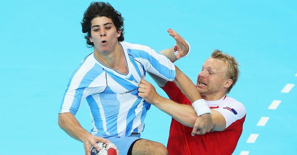 Ingimundur Ingimundarson, da Islândia, puxa camisa do argentino Diego Esteban Simonet