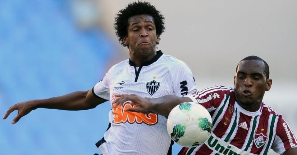 Jô, do Atlético-MG, entra em forte disputa de bola contra o Fluminense. Partida ficou empatada em 0 a 0