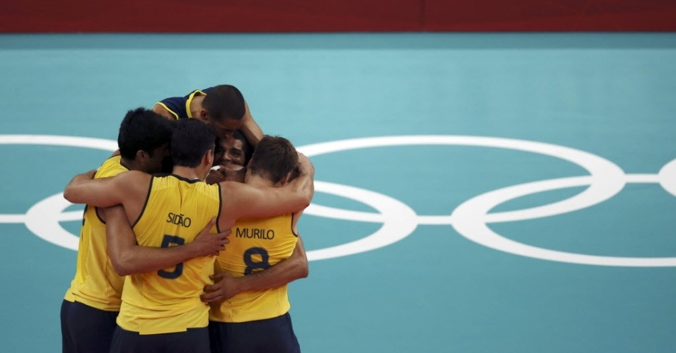 Jogadores da sele&#231;&#227;o brasileira de v&#244;lei se abra&#231;am para comemorar ponto na vit&#243;ria sobre a Tun&#237;sia