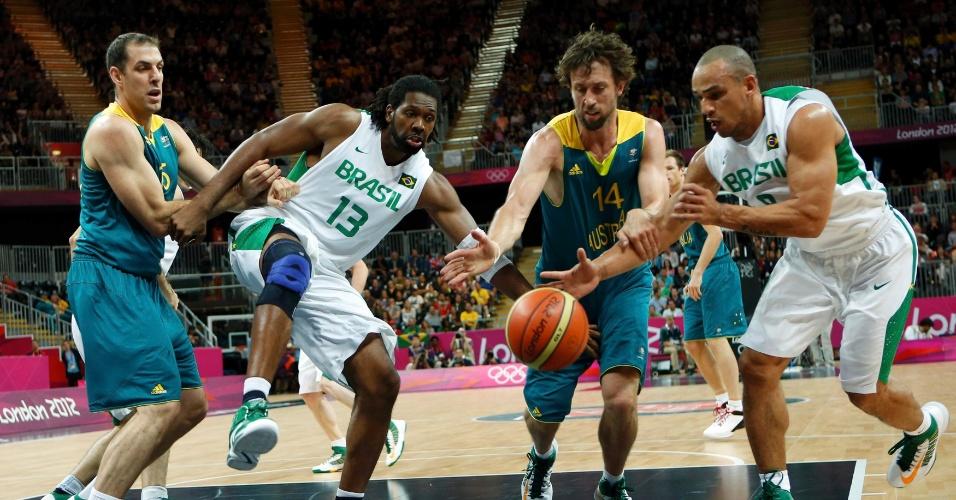 Jogadores de Brasil e Austrália disputam posse de bola na estreia da Olimpíada; brasileiros venceram por 75 a 71 (29/07/2012)