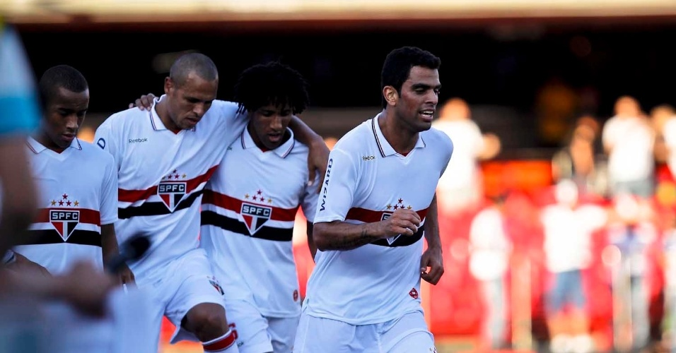 Jogadores do S&#227;o Paulo se abra&#231;am ap&#243;s abrirem o placar diante do Flamengo, no Morumbi
